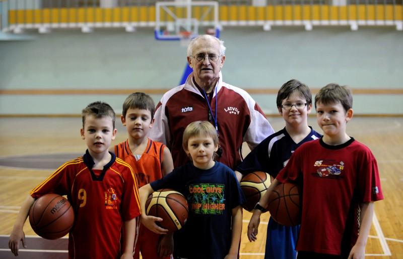 Balvu par mūža ieguldījumu sportā saņem treneris Imants Pļaviņš
