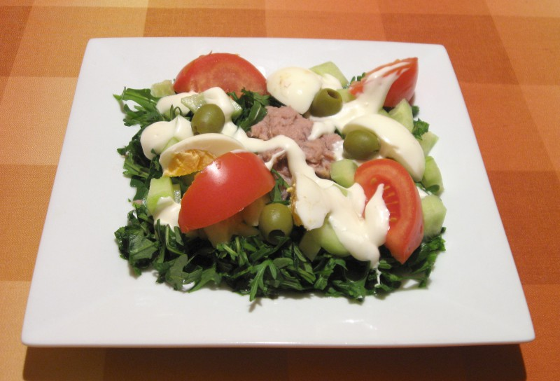 Tunča salāti ar rukolu