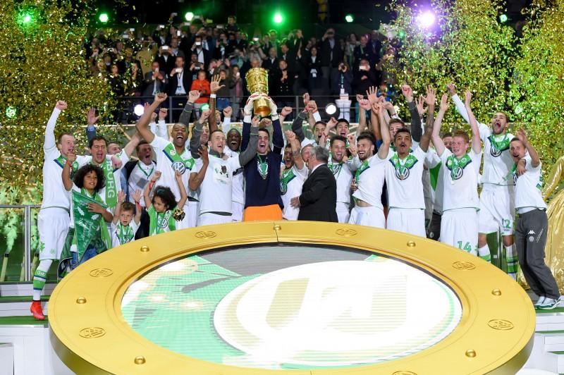 ''Wolfsburg'' sasit trīs vārtus 15 minūtēs un triumfē Vācijas kausa izcīņā
