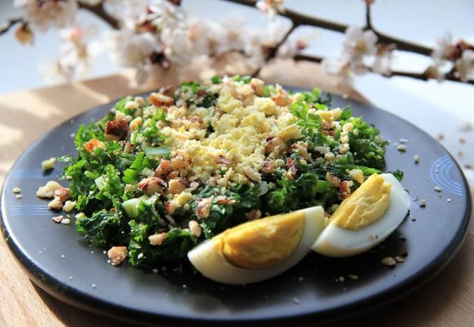 Nātru salāti ar olu un valriekstiem