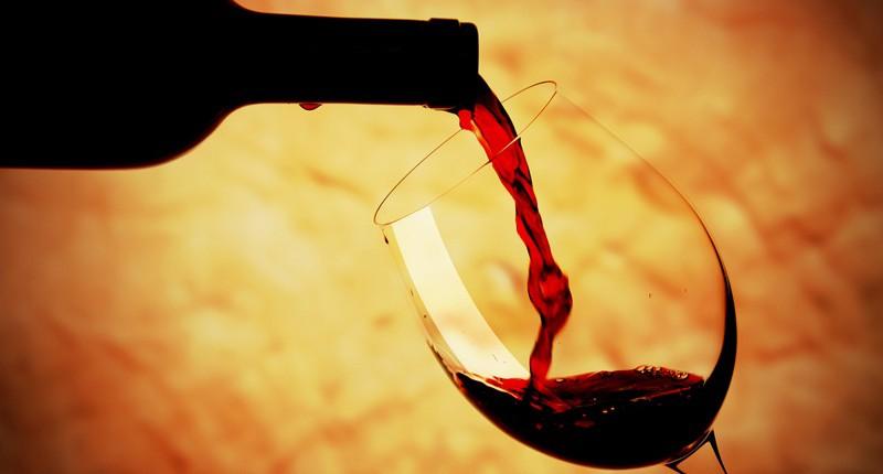 Kā pareizi atvērt vīna pudeli, kā vīnu ieliet glāzē un baudīt