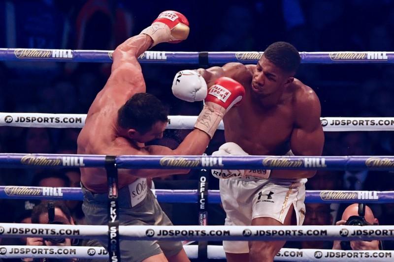 Džošua lieliskā boksa cīņā 11. raundā pieveic Kļičko