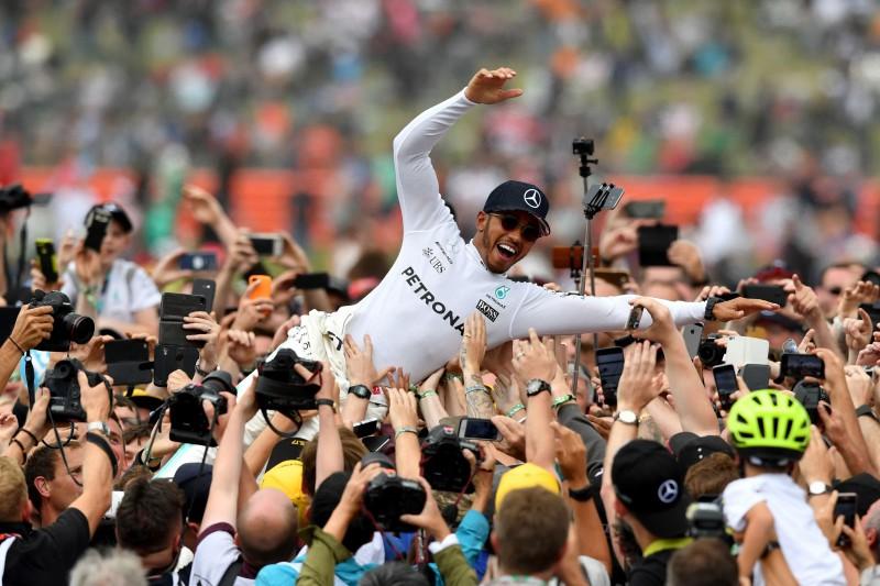 """""""McLaren"""" vēlas nolīgt Hamiltonu"""