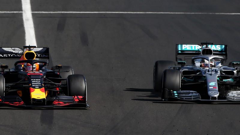 Hamiltons maina taktiku, izskaņā apsteidz Verstapenu un izcīna astoto uzvaru sezonā
