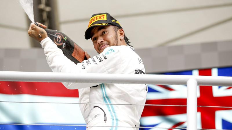 Hamiltons saņem sodu un atkrīt uz septīto vietu, pirmoreiz trijniekā arī Sainss