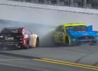 Video: Sezonas pirmajās NASCAR sacīkstēs pēdējā aplī avarē līderi