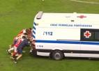 Video: Futbolisti laukumā stumj neatliekamās palīdzības auto