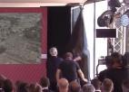 Video: Preses konferences laikā Morinju dodas likvidēt loga aizklāju