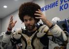 """Video: Rīgas """"Dinamo"""" apspēlēšanas varonis Jaks saņem labākā spēlētāja cepuri"""