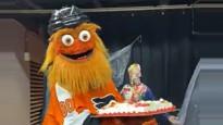 """NHL kluba talismans pretinieku fanu """"atvēsina"""" ar tortēm"""