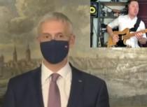 Video: Ģitārists Mārcis Auziņš politiķu runas pārvērš skaņdarbos