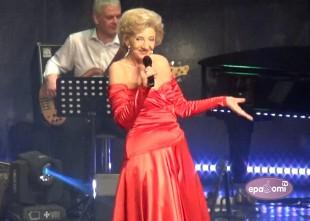 Video: Estrādes karaliene Margarita Vilcāne nosvin jubileju emocionālā koncertā