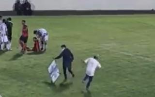 Video: Medicīnas darbinieks ar nestuvēm steidzas pie spēlētāja, taču netiek