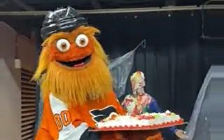 """Video: NHL kluba talismans pretinieku fanu """"atvēsina"""" ar tortēm"""