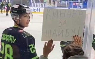 Video: Maiņas darījums hokejā - bērnu šokolāde pret KHL ripu