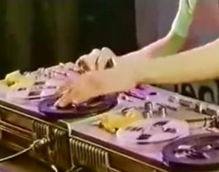 Video: Vai atceries? Latviešu dīdžejs uz lenšu magnetafoniem šokē mūzikas pasauli...