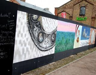 Spīķeros uz interaktīvas mākslas sienas ikviens aicināts atstāt novēlējumu Latvijai