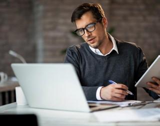 Noderīgi padomi, kā pasargāt redzi, ilgstoši strādājot pie datora
