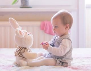 Kādas rotaļlietas izvēlēties bērna pirmajā dzīves gadā?