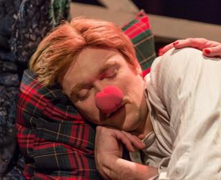 """Foto: ieskats Nacionālā teātra izrādē """"Svētku laika pārpratumi"""""""