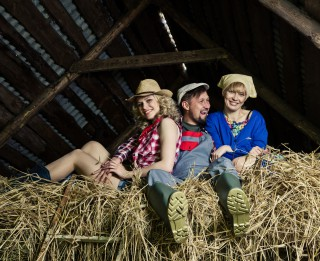 """Foto: Pazīstami aktieri lauku sētā gatavojas izrādei """"Saimnieks meklē saimnieci"""""""