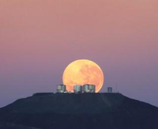Jauna teorija par to, kādēļ Mēness pie horizonta izskatās lielāks