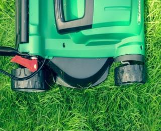 Izvēlies atbilstošāku dārza tehniku zāliena kopšanai