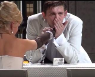 """Video: Vai viegli iziet no lomas? Artuss Kaimiņš - Glumovs izrādē """"Arī gudrinieks pārskatās"""""""