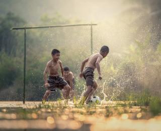 Seši piemājas dārzā un pļavā spēlējami futbola paveidi