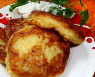 Vārītu kartupeļu un kabaču plācenīši ar sieru