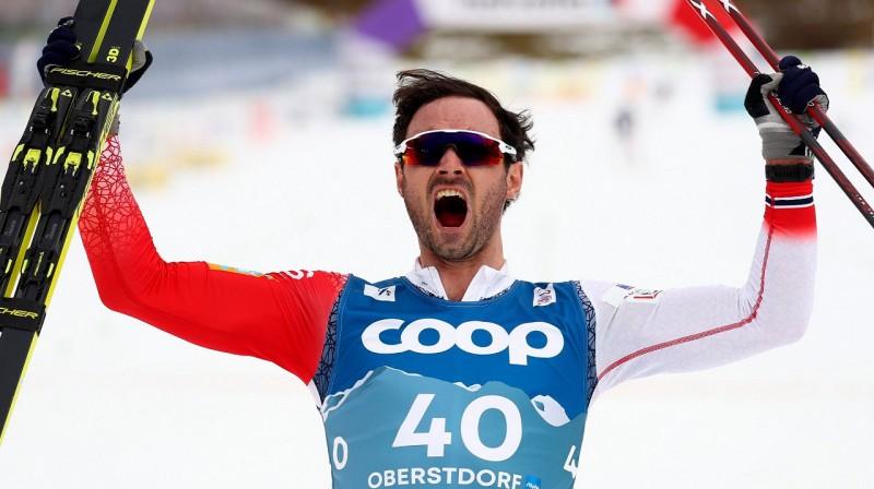 Hans Kristers Holunds priecājas par uzvaru un otro medaļu Obertsdorfā. Foto: AP / NTB scanpix