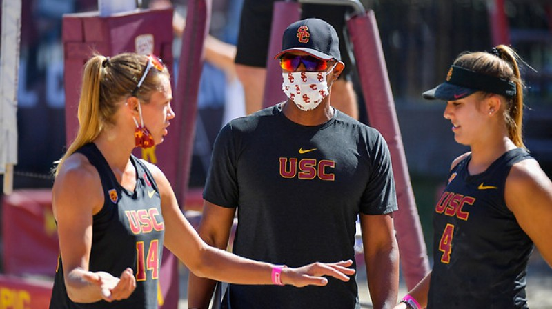 Tīna Graudiņa, komandas galvenais treneris Deins Blentons, Semija Sleitere. Foto: John McGillen / USC Athletics