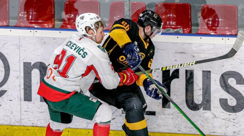 Artūrs Mickevičs cīņā par ripu. Foto: Agris Bricis/OHL