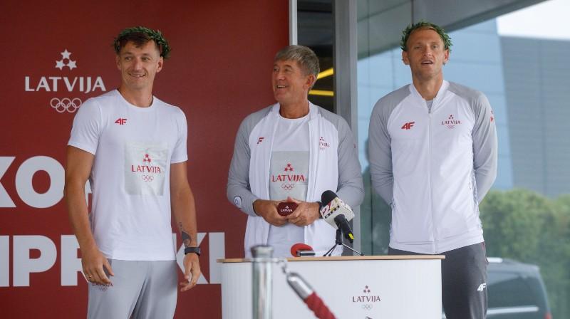 Mārtiņš Pļaviņš, treneris Genādijs Samoilovs, Edgars Točs. Foto: olimpiadef64.lv
