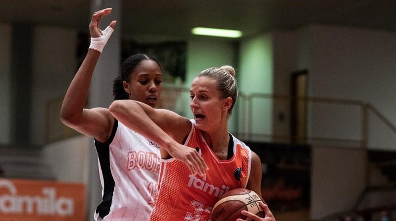 """Kitija Laksa spēlē pret """"Bourges Basket"""". Foto: FIBA"""