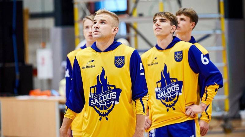 Arvis Šlanka un Saldus basketbolisti 2021. gada 17. septembrī Tukumā. Foto: Basket.lv