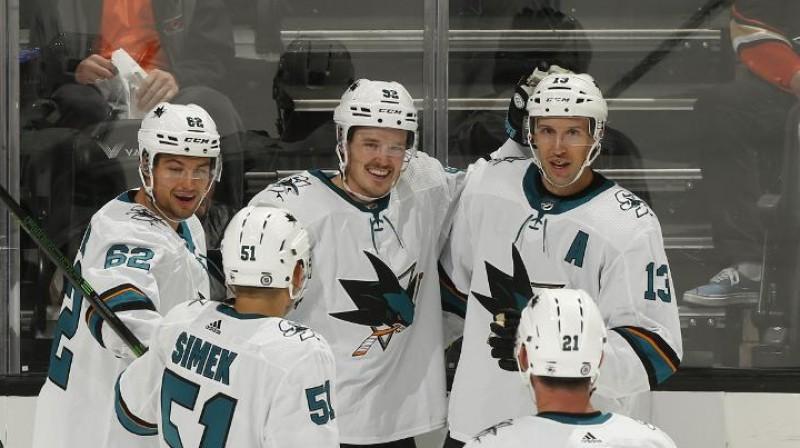 Rūdolfs Balcers (centrā) pēc vārtu guvuma. Foto: Anaheim Ducks / NHL.com