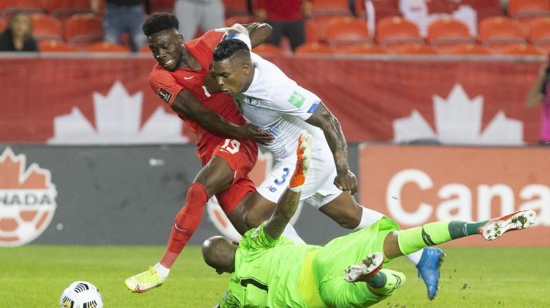 Alfonso Deivīss (pa kreisi) cīņā ar Panamas spēlētājiem. Foto: AP/Scanpix