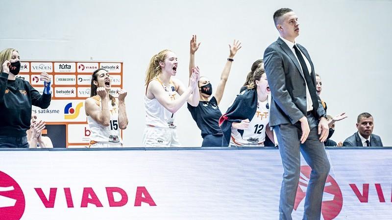 Mārtiņš Gulbis un TTT basketbolistes 2021. gada 21. oktobrī. Foto: Renārs Koris