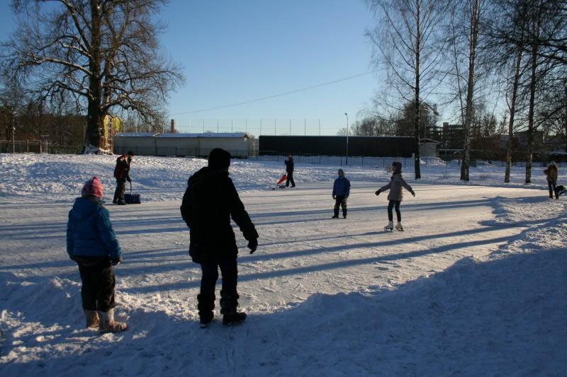 Rīgā sāk darboties publiskās dabīgā ledus slidotavas