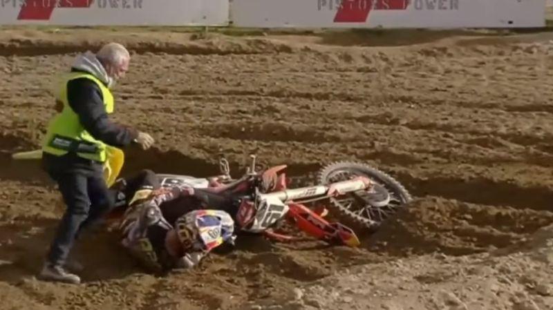 """Video: Prado pirms jaunās MXGP sezonas sāpīgā kritienā paliek """"bez elpas"""""""