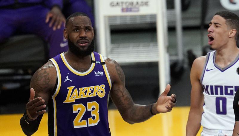 """Džeimss izlaidīs vismaz divas """"Lakers"""" spēles, debitantam Helibērtonam sezona beigusies"""