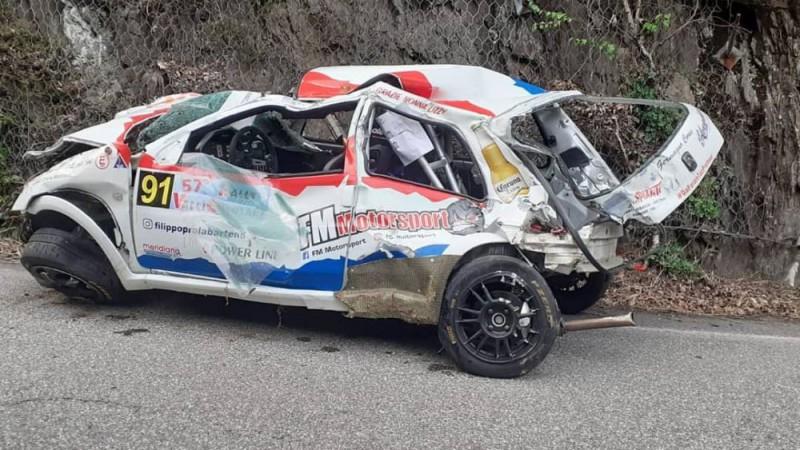 Divas mašīnas pēc avārijas Itālijas rallijā nolido no kraujas