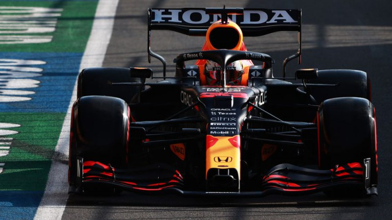 Verstapens startā apdzen Hamiltonu un uzvar sprinta sacīkstēs