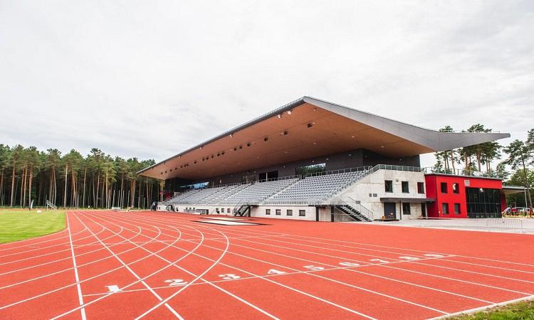 Ar Latvijas junioru rekordu aizvadītas sacensības atjaunotajā Daliņa stadionā Valmierā